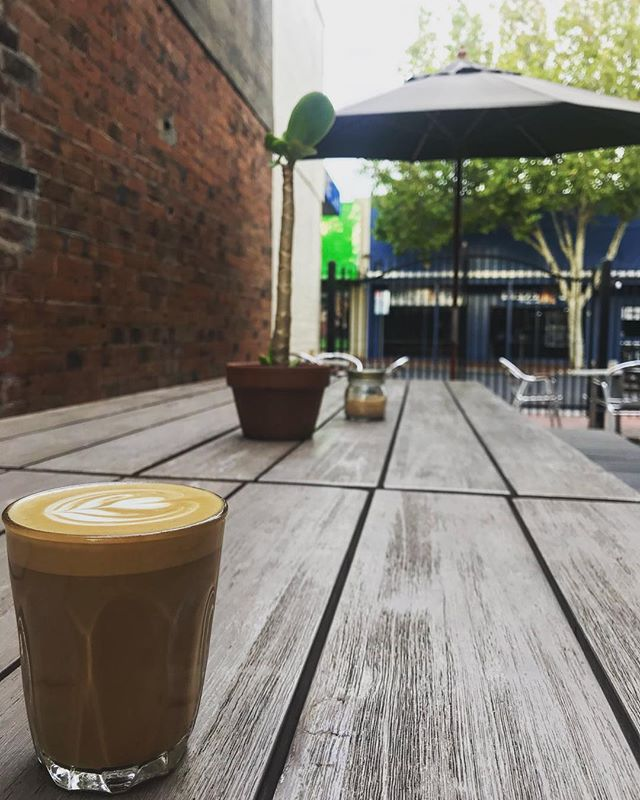 Saturday. Courtyard. Breakfast...#saturdayvibes #breakfast #coffee #latte #latteart #courtyard #chill #weekend #hospolife #readyforyall #breakie #autumnmorning