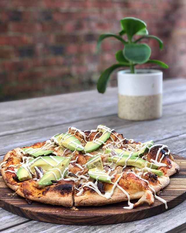 Today's lunch special is the one and only chicken & Avocado pizza with house made aioli!  ....#pizza #chicken #avocado #lunchspecial #wevegotyourback #thursdaysdoneright #wintermenu #yummo #instafood #pizzaandwine #craftbeer
