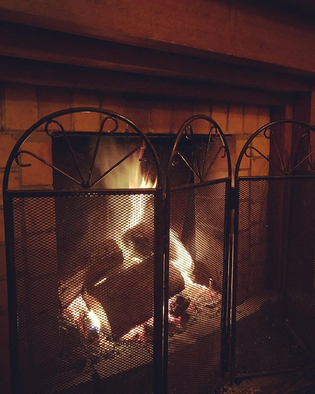 Friday nights by the open fire, throw in a glass of red and pizza while your at it! Book your table while you can! 55724857....#openfire #fillingupfast #roxburghhouse #pizza #wine #wintersdoneright #pizzaandwine #coldnights #craftbeer #localproduce