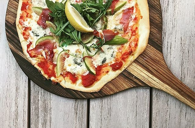 How's this for kicking goals! We've got the cure for your footy final fever, any beer and pizza for only $20! This week only! ......#pizza #football #promo #beer #craftbeer #specialoftheweek #grandfinal #afl #roxburghhouse #hamilton #3300